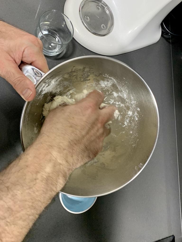 Mezclando los ingredientes del pan